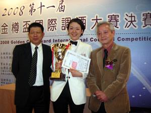 左:台北市調酒協会 劉祥秀理事長 中央:大沢選手 右:宮内誠国際局長