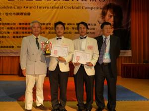 左から宮内国際局長 本間選手 野末選手 台北市調酒協会 劉祥秀理事長